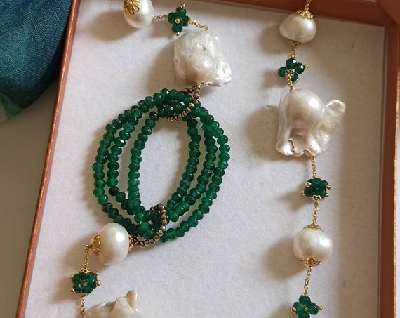 Double strand necklace with green stones and Baroque Pearls