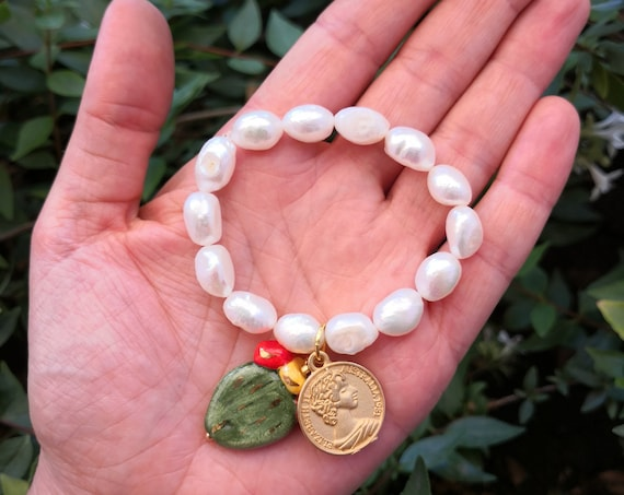 Baroque style elastic bracelet with baroque pearls, prickly pear pendant and gold coin