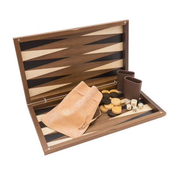 Noyer Classic Backgammon S avec bois joues un manopoulos à la main
