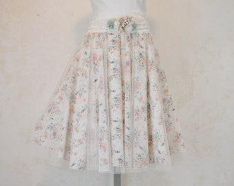 falda romantica de gasa estamapada, delicado estampado de flores pequeñas, falda de fiesta, falda color nude con estampado de flores