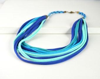 Collar de tela étnico color azul, collar hecho a mano color azul, collar de tiras de tela, collar multicolor de tiras de tela