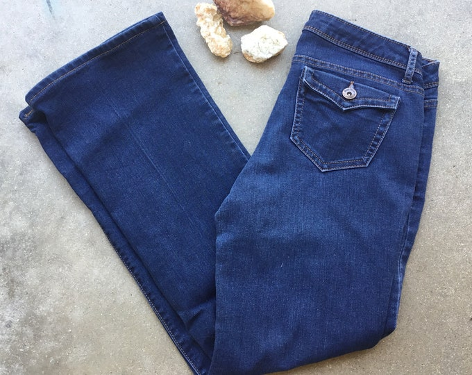 Woman's  Simply Vera Jeans, Very cute and curvy. Size 2. Free Priority Mail Shipping in the USA