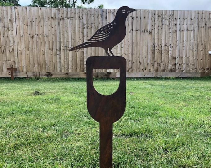 BLACKBIRD ON a SPADE , Bird Garden ornament ,  garden statue , Rustic garden decoration  , Garden Feature  ,rusty metal bird