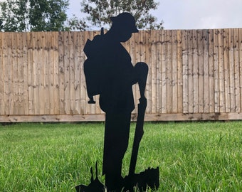 GARDEN DECORATION , BLACK Lest We Forget sign , army Soldier statue  , Garden Silhouette, Garden Statue , Garden Feature , remembrance gift