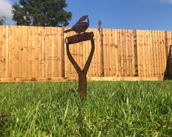 ROBIN ON a SPADE , Bird Garden ornament ,  garden statue , Rustic garden decoration  , Garden Feature  ,rusty metal bird