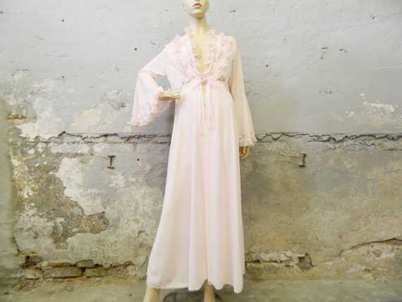 70s morning coat / delicate house coat pink / vintage coat / night coat / nightgown ruffles