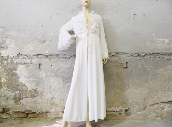 Elegant morning coat / 70s house coat white / ruffle coat