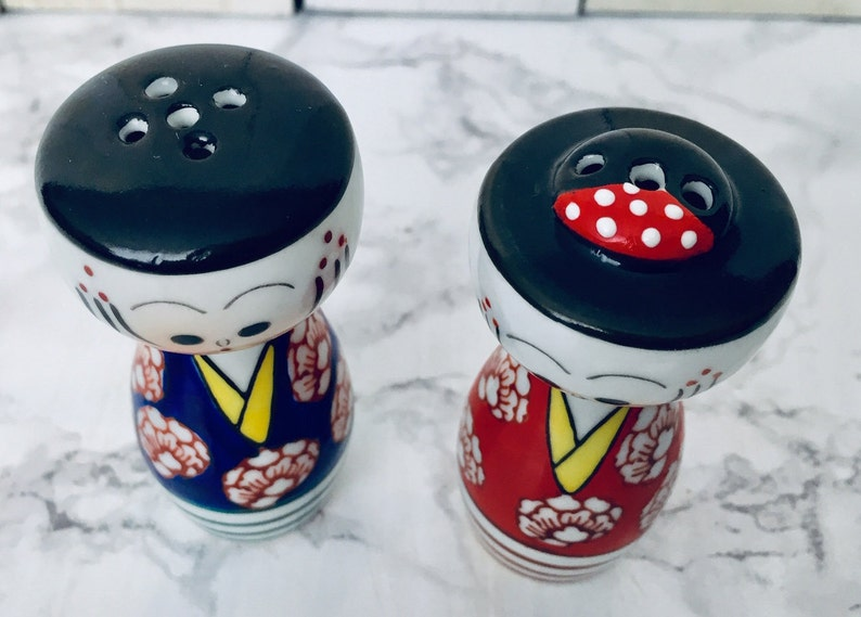 Blue and red Asian Couple shakers,Mid century Oriental people shakers, Vtg Oriental couple salt and pepper shakers Japanese couple shakers