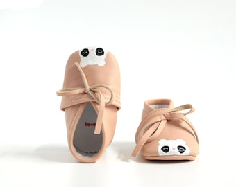 Handcrafted baboons for painted leather baby laced at the ankle
