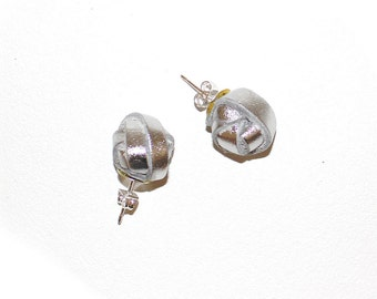 Lobe earrings with silver pearl leather