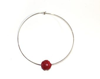 Stiff neckline with red pearl leather