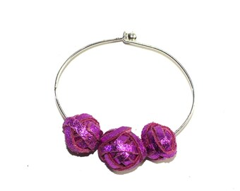 Stiff bracelet with fuxia pearls in laminated leather