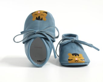 Painted leather baby scarpine, unisex baboon model, laced at ankle