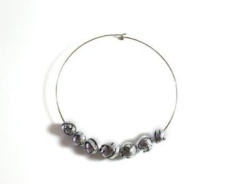 Stiff neckline with silver leather pearls
