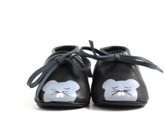 Scarpine da neonato in pelle nero dipinte con topo, modello babbuccia unisex, scarpa allacciata alla caviglia