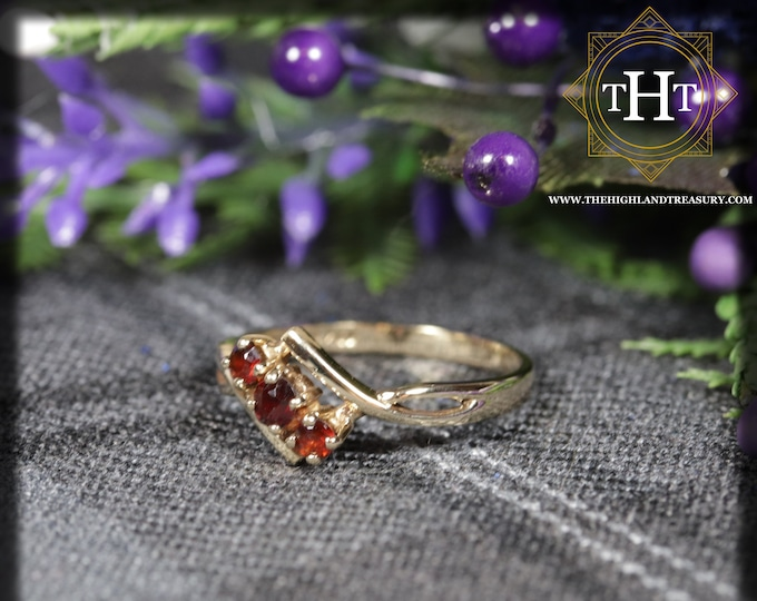 Vintage 9Ct 9K 375 Solid Yellow Gold Band With Three Round Cut Red Garnets Gemstone Ring Size L - 5 1/2