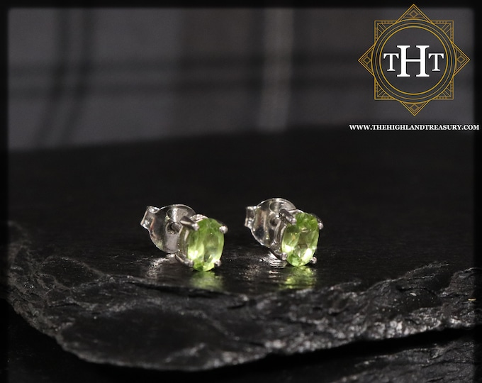 A Pair of Vintage Sterling Silver 925 Small Dainty Delicate 5x4mm Oval Cut Green Peridot Gemstone August Birthstone Stud Earrings