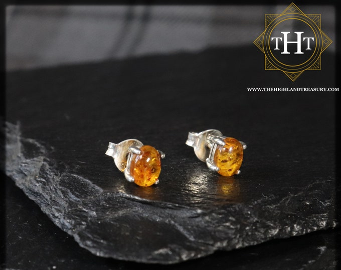 A Pair of Vintage Sterling Silver 925 Small Dainty Delicate 6x5mm Oval Cut Cabochon Baltic Orange Cognac Amber (琥珀色) Gemstone Stud Earrings