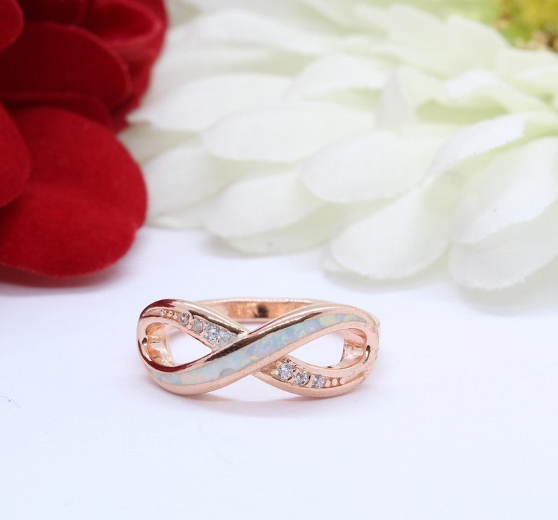 b7cc80a3151c8 Unendlich Ring Rose Gold Lab weiß Opal Runde simulierte