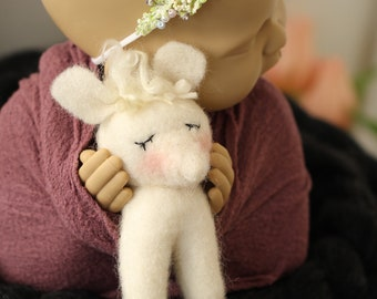 small felted mouse made of wool felt Handmade Photoprop newbornphotographie