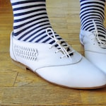 Lovely Vintage White Leather Lace-up Oxfords Shoes / Low Heel Pointed toe Flats / size small 37