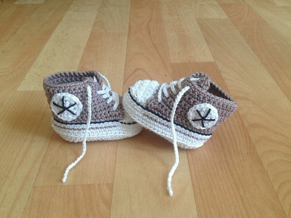 Gehäkelte Babyschuhe, Sneaker, hellbraun weiß