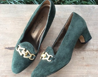 a6e2a7d98e5 Vintage 9-2-5 Collection green suede heels with gold chain accents Size 6.5  block heel almond toe 2