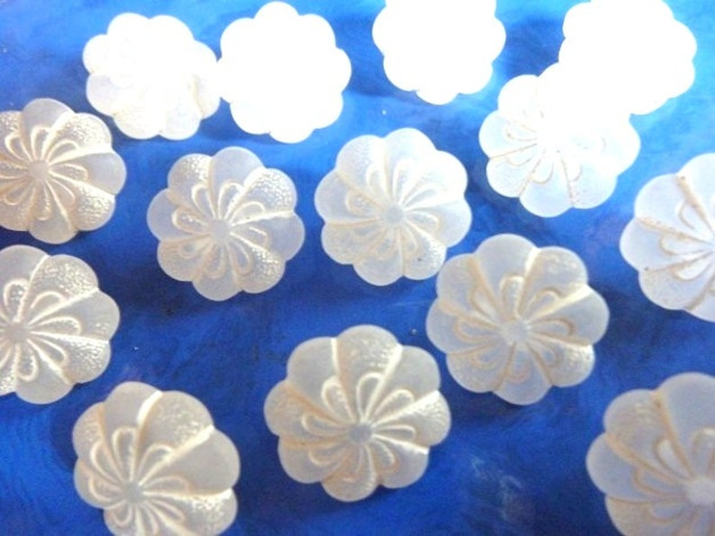 4 sizes 8 white flowers of 13 mm 15 mm 18 mm 25 mm buttons K118