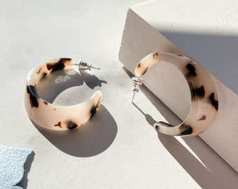 Illusion Hoops in Blonde Tortoise | Tortoise Shell Statement Oval Hoop Earrings Cellulose Acetate Leopard Print 925 Sterling Silver Posts