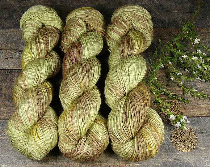 TWISTER HEUWIESE mit Speckles - Merino Silk fingering, pflanzengefärbte Wolle mit Seide, natürlich handgefärbte Wolle, 100gr Lauflänge 420m