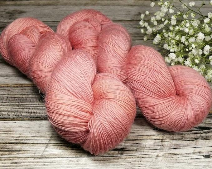 ZUCKERWATTE - pflanzengefärbtes Merino Lace Singlesgarn, handgefärbte reine weiche Wolle, Lauflänge 800 Meter