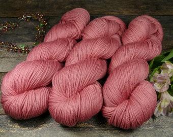 BEZAUBERNDE ROSY - Bio Merino Wolle 320m Lauflänge, pflanzengefärbte kuschelweiche reine Wolle von Rosy Green Wool, Biowolle