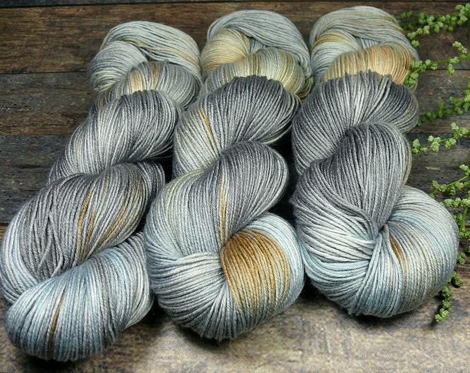 TWISTER WINDGEFLÜSTER - Merino Silk fingering, pflanzengefärbte Wolle mit Seide, natürlich handgefärbte Wolle, 100gr Lauflänge 420m
