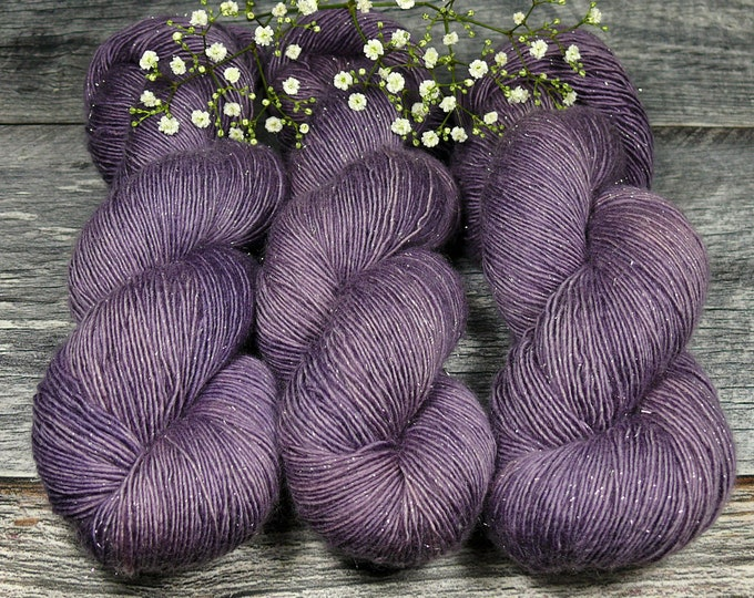 VIOLET GLIZZ - sparkling Merino Single, pflanzengefärbte Wolle von folly.me, natürlich handgefärbte Wolle, Singlesgarn mit Glitzer