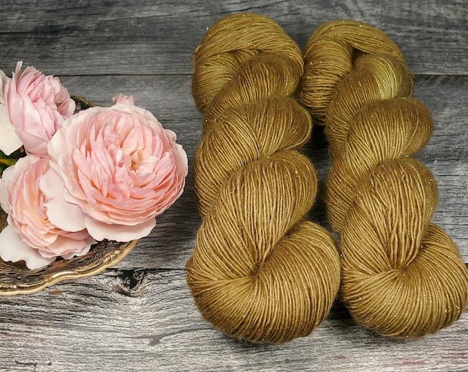 GLIZZ BRONCE - gold sparkling Merino Singles, pflanzengefärbt von folly.me, handgefärbte Wolle, Singlegarn mit Gold Glitzer, Glitzerwolle