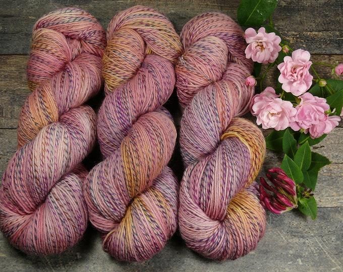 FILATURE ZUCKERWATTE - pflanzengefärbte Sockenwolle, wie handgesponnen, natürlich handgefärbtes 4fach Sockengarn - 100gr 420m