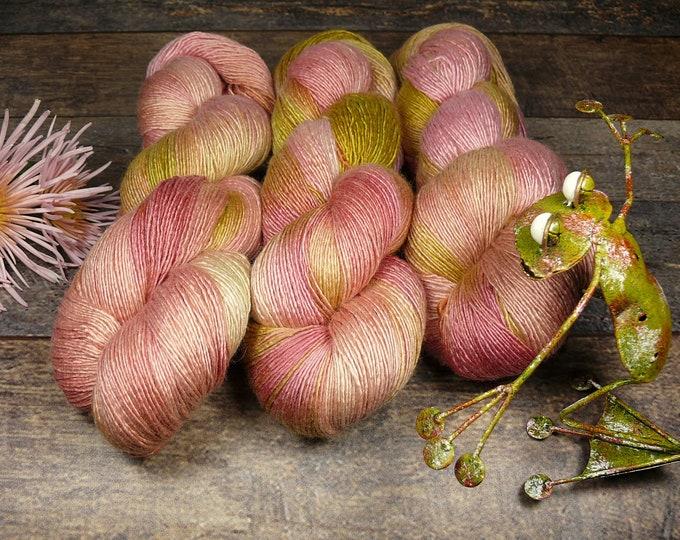 VANAJA - Merino Seide Singles pflanzengefärbt, superweiches unbehandeltes Edelgarn, Naturfärbung, 100gr Lauflänge 495m