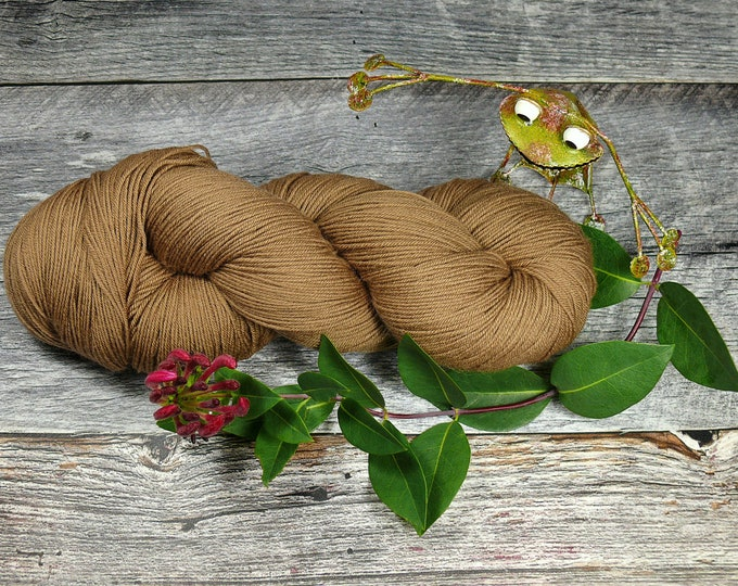 NÜSSCHEN - 150gr Merino fingering (18 EUR/100gr), pflanzengefärbte reine Wolle, handgefärbte Merinowolle, 4fach Zwirn