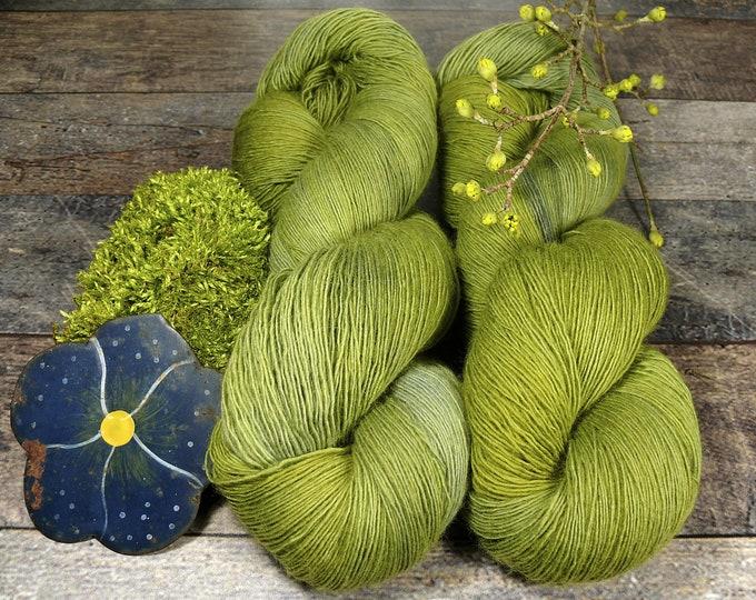 WUNDERWALD - pflanzengefärbtes Merino Lace Singlesgarn, handgefärbte reine weiche Wolle, Lauflänge 800 Meter