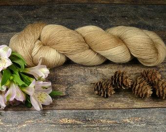 SCHATTENSPIEL - pflanzengefärbtes Merino Lace Singlesgarn, handgefärbte reine weiche Wolle, Lauflänge 800 Meter