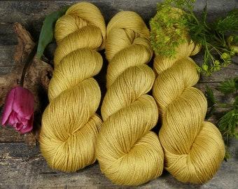 POSH MORGENSONNE - Merino Seide 4ply fingering, pflanzengefärbt von folly.me, Edelgarn, Naturfärbung, 100gr Lauflänge 400m