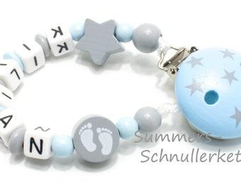 Schnullerkette mit Namen für Jungen, hellblau-grau, mit Sternchen und Babyfüßchen