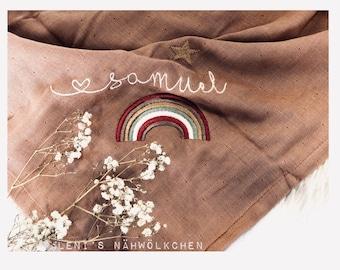 Bio Spucktuch aus zertifizierter Biobaumwolle Mulltuch Schmusetuch Kuscheltuch Name Namensstickerei bestickt Regenbogen personalisiert