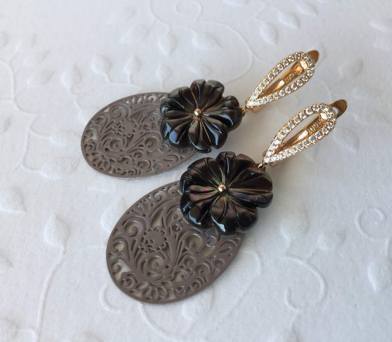 Zirconia Brown Ornament Earrings Bohemia Earrings with Mother-of-pearl flower rose gilded Taupe Filigree