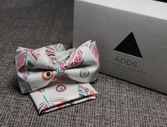 Set fly and pocket towel bow tie and handkerchief, white with feathers