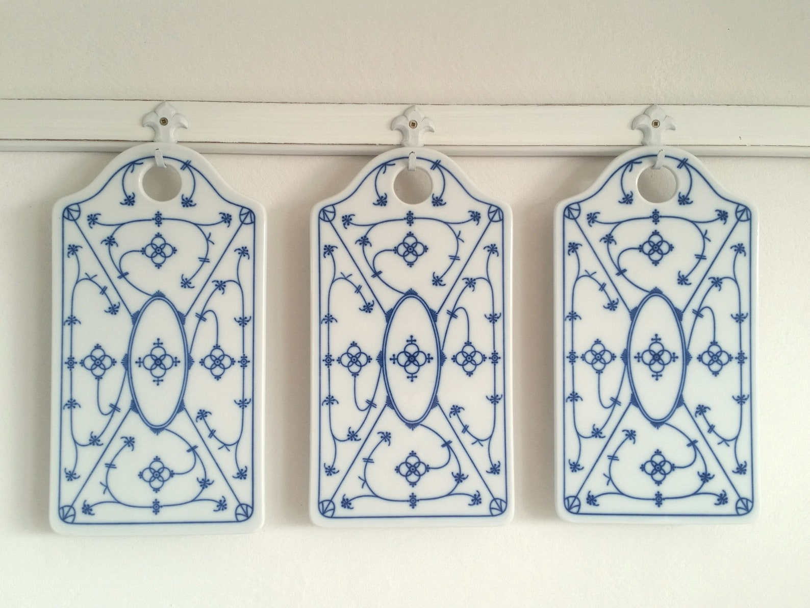old cutting board, porcelain board, breakfast board, Indian blue, straw flower, shabby, vintage, brocante, country house