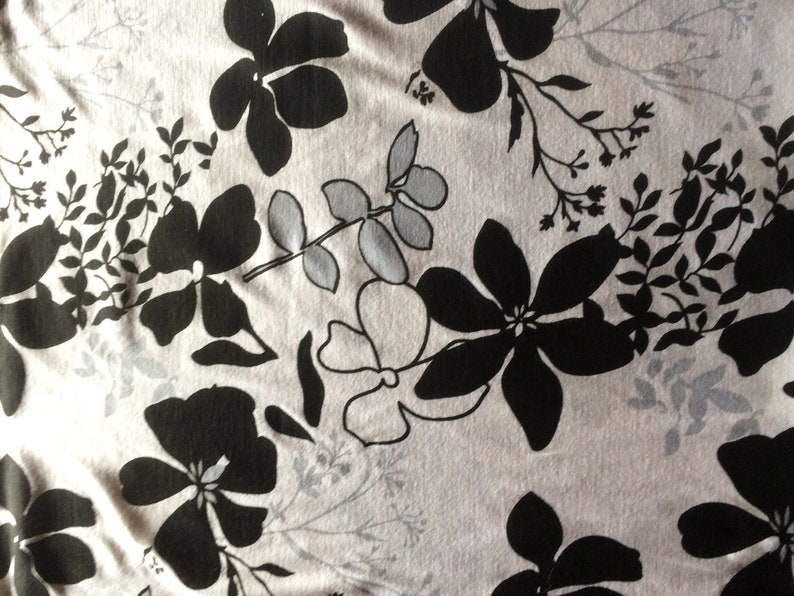 5cb431456c82cd Viskose Jersey Blumen schwarz weiß Stoffe nähen