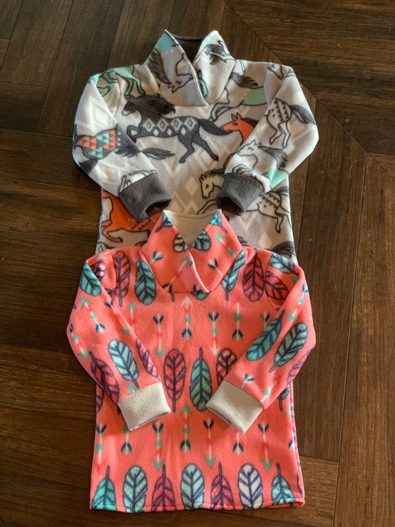 Girls Cowl Neck Pullover-Tribal Horses /& Pink Feather Print