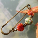 Scarf needle Maple leaf with colourful Lampwork pearl, autumn ornament needle orange, bronze autumn Kiltnadel, large safety pin