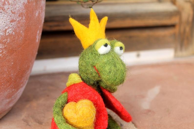 froschkönig gefilzter frosch mit krone und herz aus gold